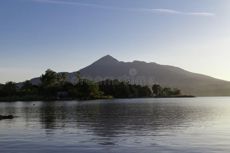 Opinião do vulcão de Mombacho dos isletas em Granada foto de stock