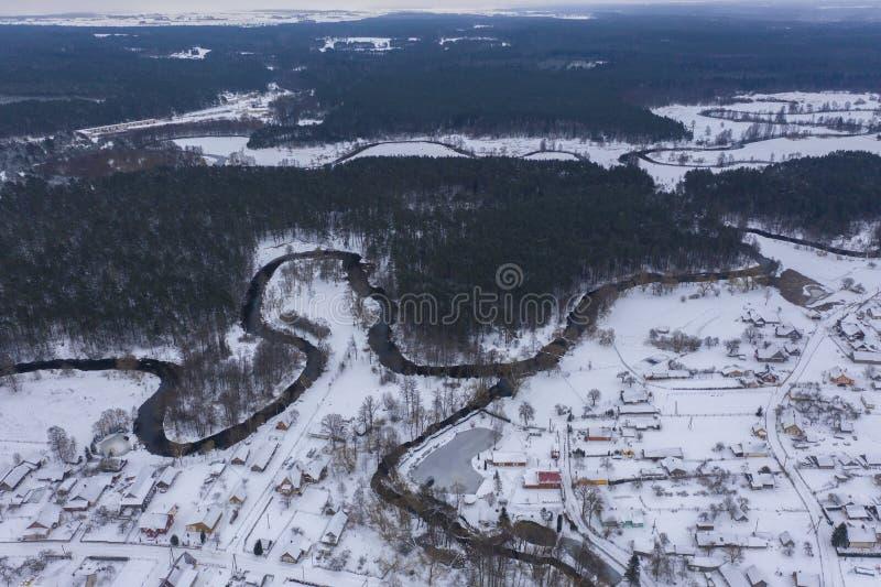 Opinião do zangão da floresta do inverno e do rio do encurvamento fotografia de stock royalty free