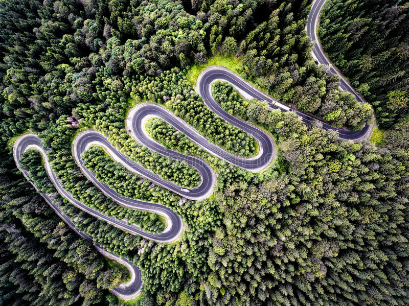 Opinião do zangão de uma estrada curvy em Romênia fotografia de stock royalty free