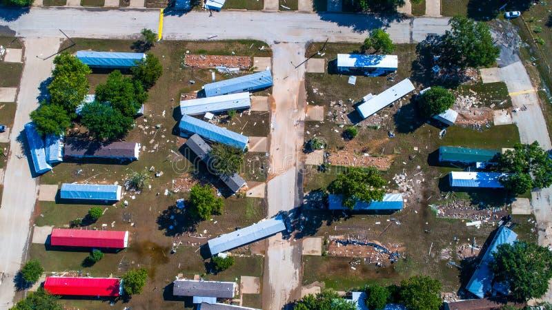 Opinião do zangão do parque de caravanas destruída por dano da tempestade de dano do furacão que olha a pena reta acima da comuni fotos de stock royalty free