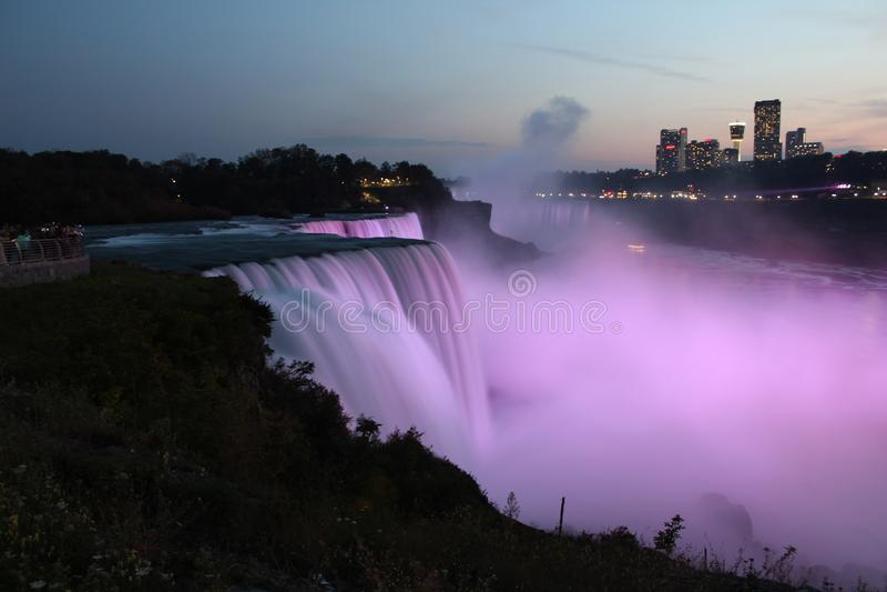 Opinião dos EUA, iluminação cor-de-rosa de Niagara Falls imagens de stock royalty free
