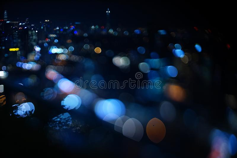 Opinião dramática borrada da noite da cidade com sumário do diodo emissor de luz, das luzes de néon e do bokeh bonito imagem de stock