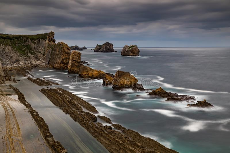 Opinião dramática Playa de la Arnia, Cantábria, Espanha imagens de stock