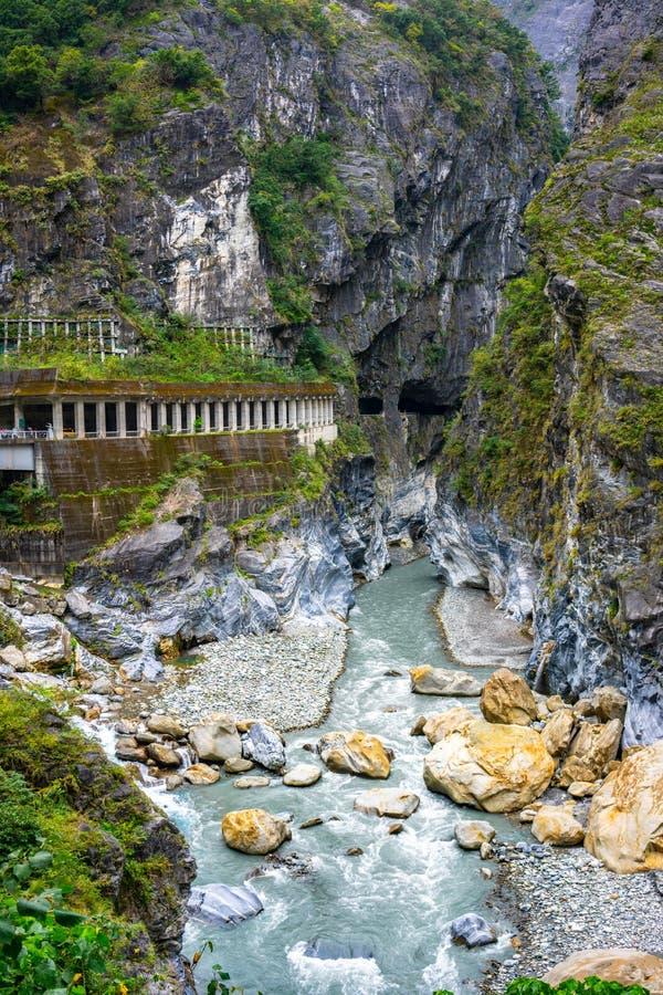 A opinião e o túnel do rio em Taroko gorge o parque nacional Hualien Taiw fotografia de stock
