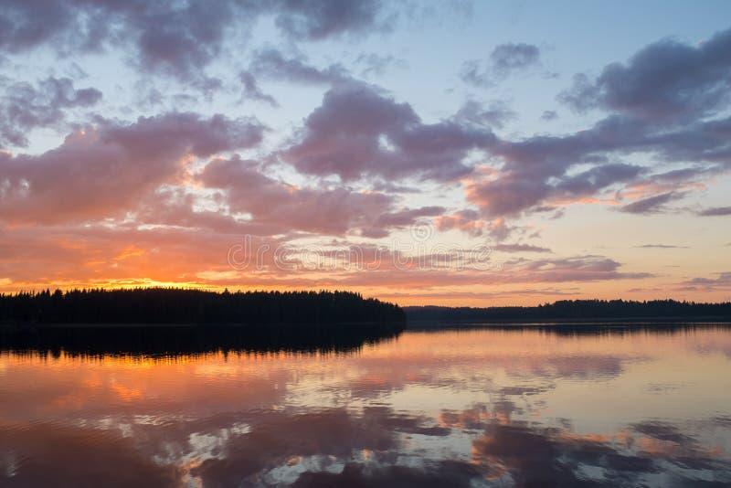 Opinião e por do sol do lago fotografia de stock royalty free