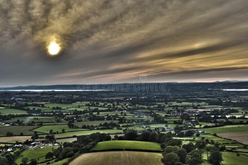 Opinião elevada do por do sol sobre a terra agrícola luxúria imagens de stock