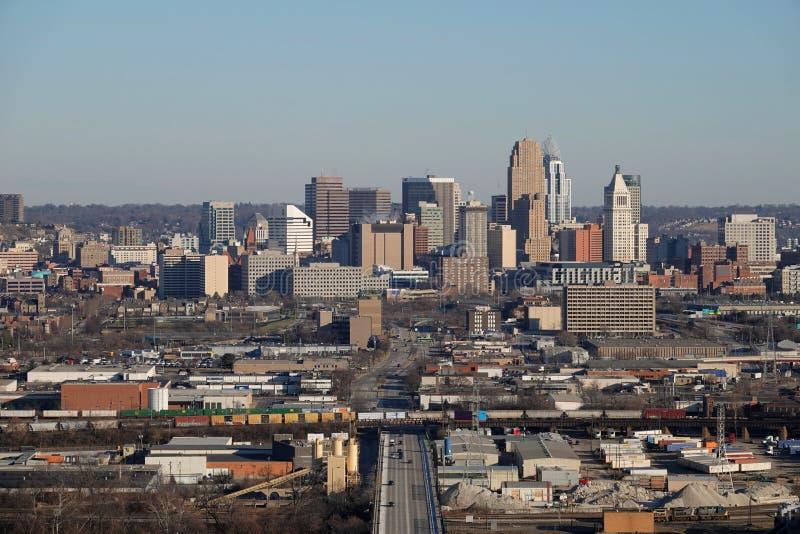 Opinião elevado do dia skyline do Cincinnati, Ohio, EUA em um dia de inverno imagens de stock