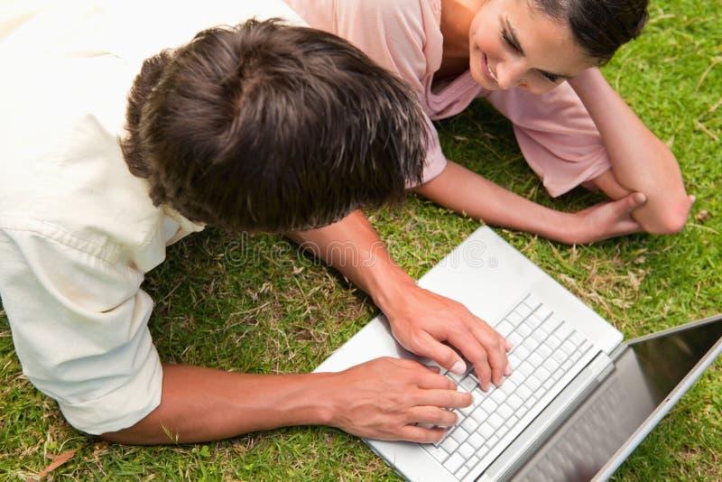 Opinião elevado dois amigos que usam um portátil junto imagem de stock royalty free