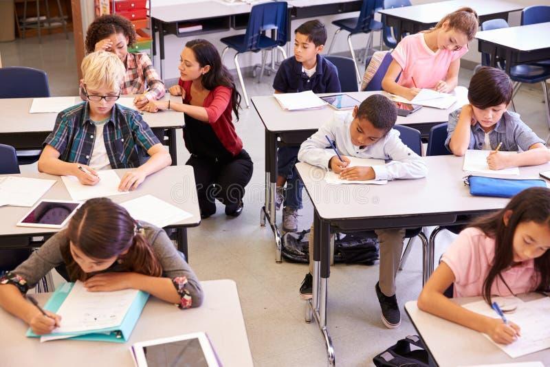 Opinião elevado o professor e as crianças na turma escolar elementar fotos de stock royalty free