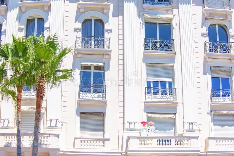 Opinião ensolarada da luz do dia à fachada do hotel com balcões e vento alto imagem de stock royalty free