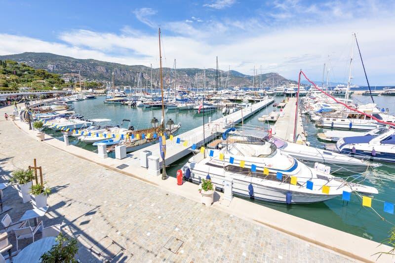 Opinião ensolarada da luz do dia aos iate estacionados no porto do Beaulieu-sur-Mer imagens de stock