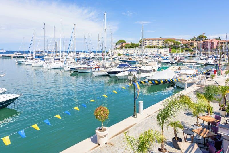 Opinião ensolarada da luz do dia aos iate estacionados no porto do Beaulieu-sur-Mer imagens de stock royalty free