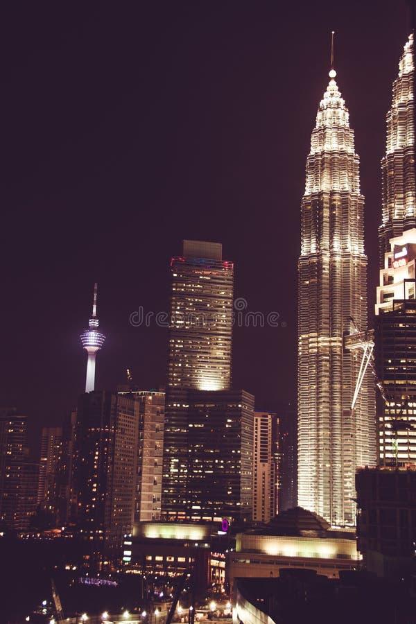 Opinião espetacular da cidade da noite Arranha-céus famosos de Kuala Lumpur, Malásia Metrópole do negócio Prédios de escritórios  imagem de stock