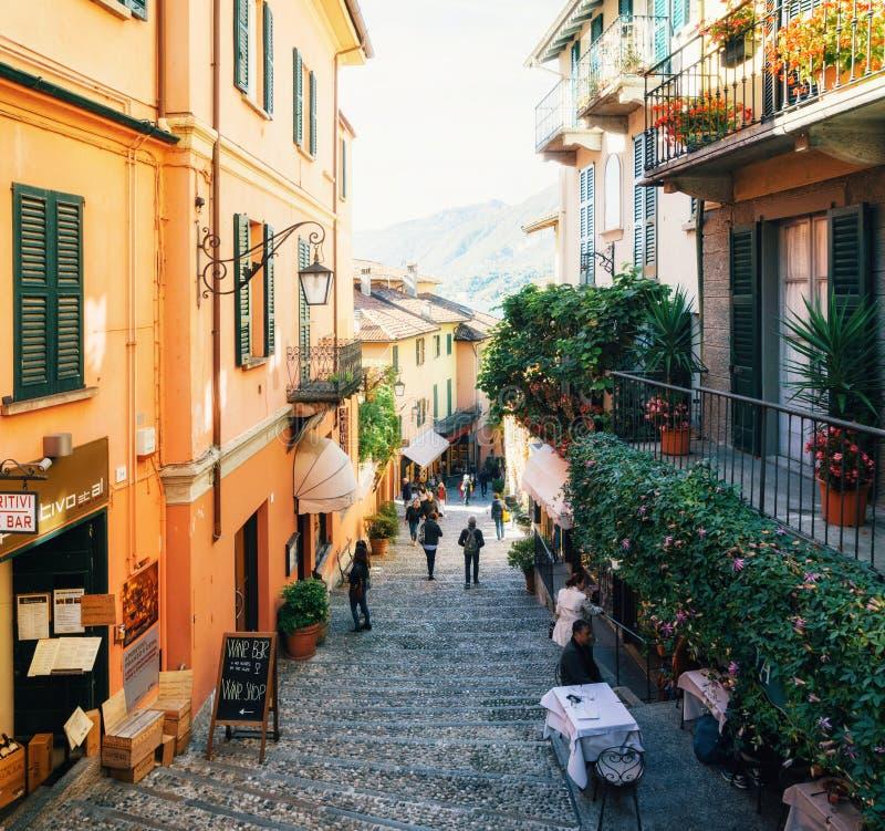 Opinião estreita da rua com no Bellagio, Itália imagens de stock royalty free