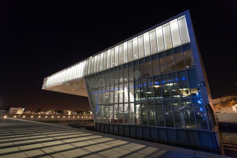 Opinião exterior da construção moderna, Marselha, França imagem de stock