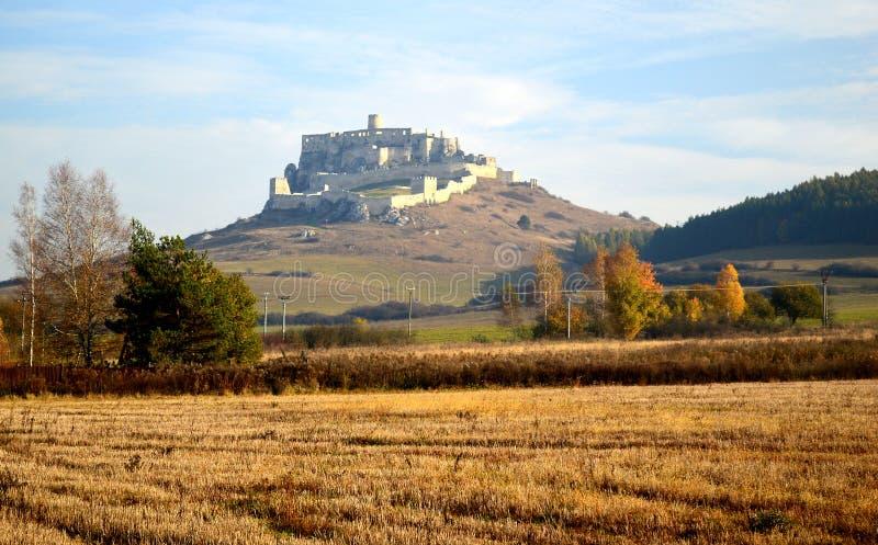 Opinião exterior do hrad do ½ do skà do ¡ de SpiÅ do castelo de Spis através dos campos dourados fotografia de stock