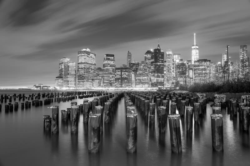 Opinião famosa de Manhattan na noite - preto e branco - New York City imagens de stock royalty free