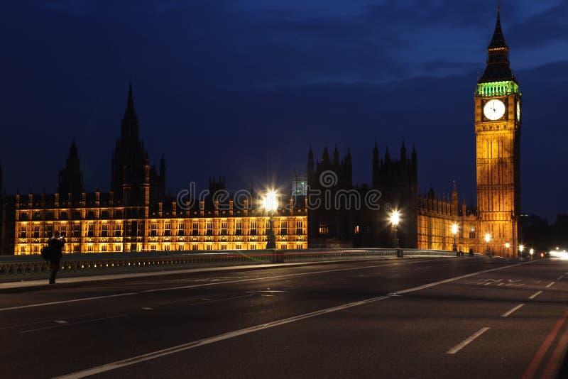Opinião famosa e bonita da noite a Big Ben e às casas de Parliam fotos de stock royalty free