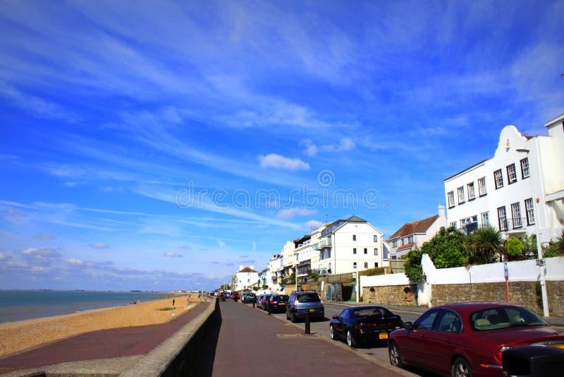 Opinião Folkestone do verão da esplanada de Sandgate fotos de stock royalty free