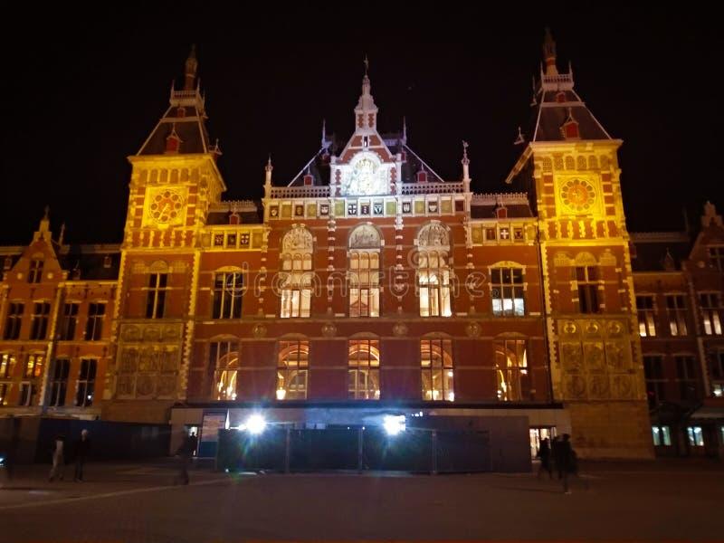 Opinião frontal da noite da fachada da estação central de Amsterdão na Holanda fotos de stock royalty free