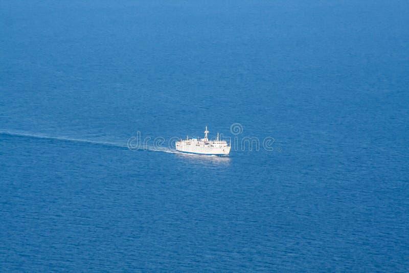 Opinião grande do barco sobre o o mar foto de stock