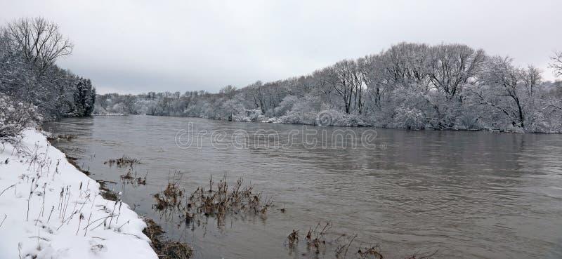 Opinião grande do inverno do rio imagens de stock