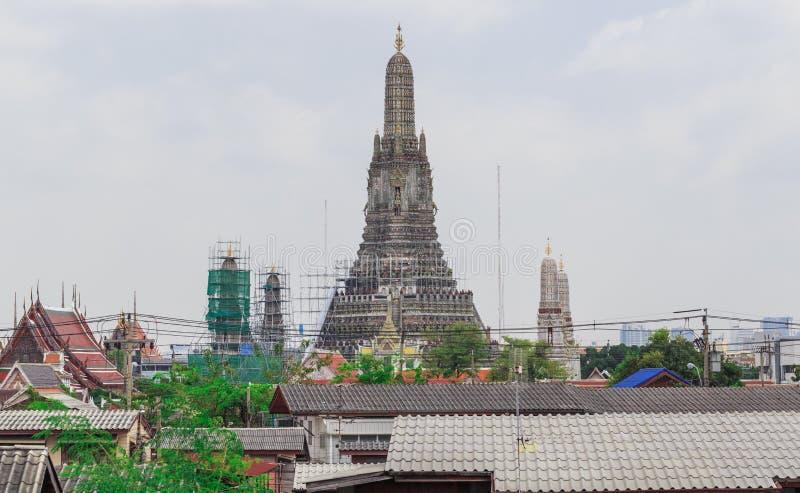 Opinião grande do pagode em público do Temple of Dawn imagens de stock royalty free
