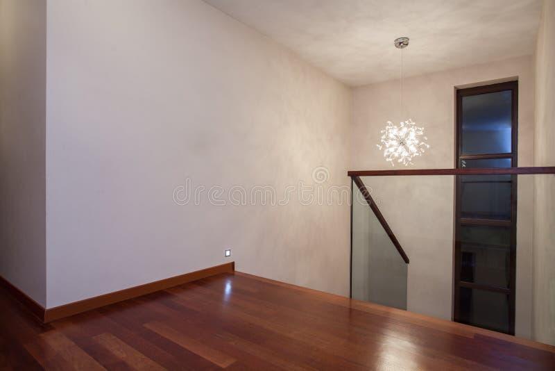 Assoalho de madeira da casa do travertino, paredes brilhantes imagens de stock