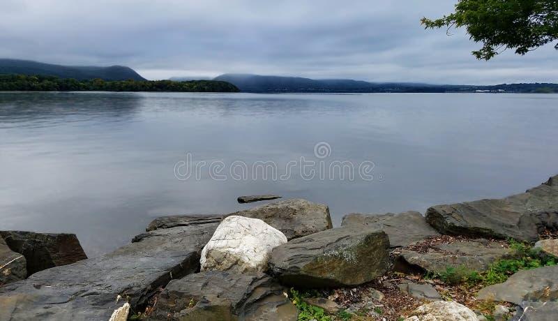 Opinião Hudson River do parque longo da doca, baliza, NY imagem de stock