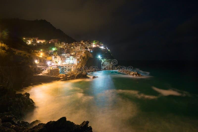 Opinião impressionante da paisagem da noite de Manarola, terre de Cinque, Itália fotos de stock