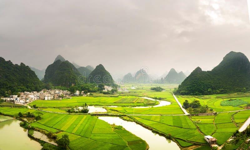 Opinião impressionante do campo do arroz com formações China do cársico fotos de stock