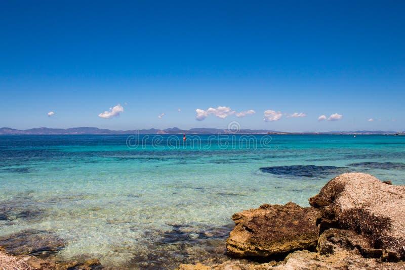 Opinião impressionante do mar: as cores surpreendentes do mar Mediterrâneo no La Sabina, ilha de Formentera, Baleares, Espanha imagem de stock