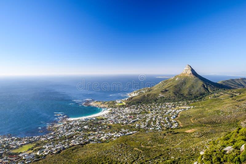 A opinião impressionante do panorama do subúrbio dos acampamentos montanha da cabeça do ` s late e da leão em Cape Town fotografia de stock royalty free