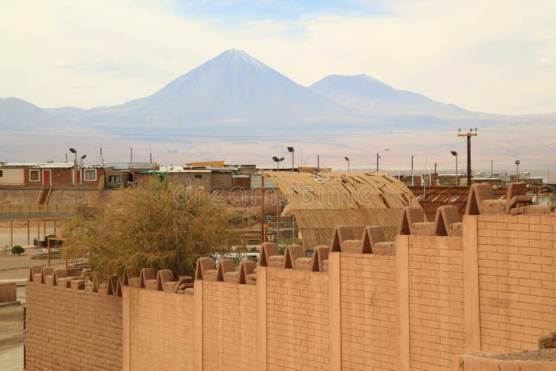 Opinião incrível Licancabur Volcano As Seen da cidade de San Pedro de Atacama no Chile do norte imagens de stock royalty free