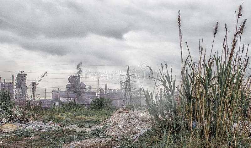 Opinião industrial da paisagem da operação de descarga à planta com manutenção programada foto de stock royalty free