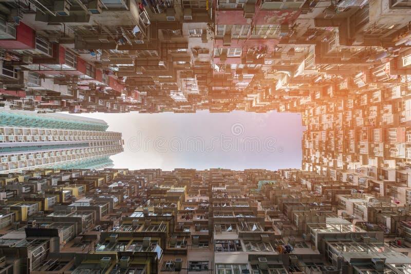 Opinião inferior aglomerada apartamento da residência fotografia de stock
