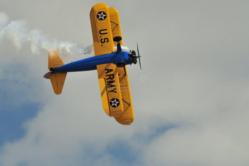 Opinião inferior do biplano de Stearman imagens de stock royalty free