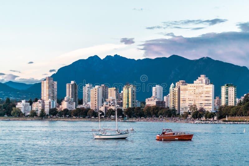 Opinião inglesa da baía da praia de Kitsilano em Vancôver, Canadá imagem de stock royalty free