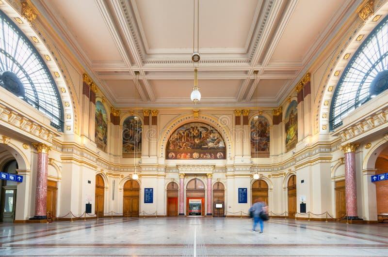 Opinião interior do ângulo largo de Salão da informações turísticas de Keleti em Budapest, Hungria foto de stock