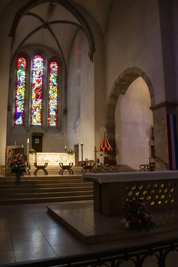 Opinião interior do coro na basílica da abadia de St Willibrord em Echternach, a cidade a mais velha em Luxemburgo fotos de stock