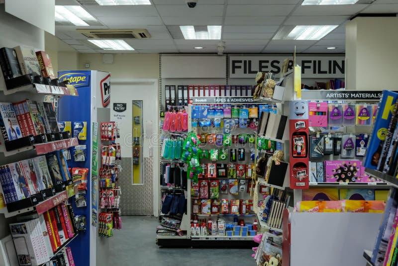 Opinião interior um livro conhecido e os vendedores de jornais que mostram a variedade de produtos na exposição fotografia de stock