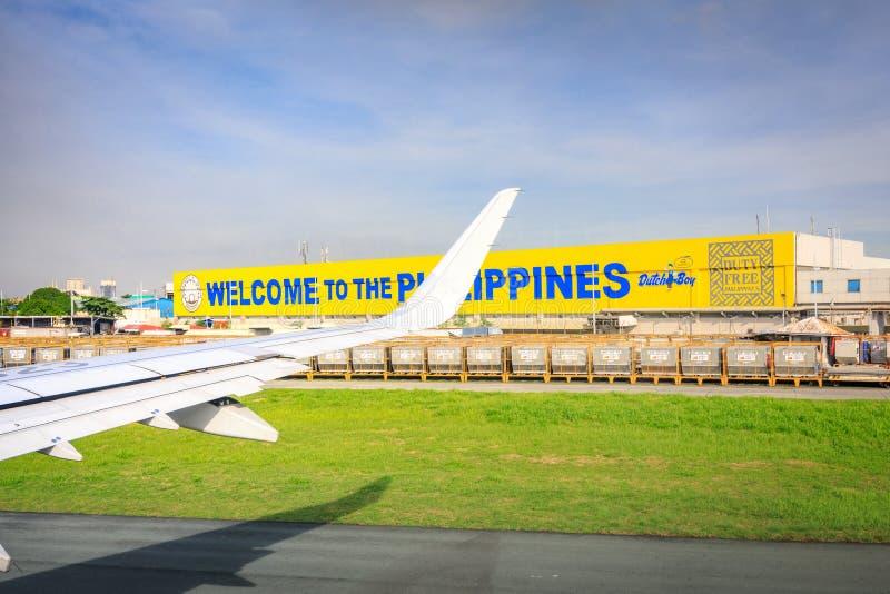 Opinião isenta de direitos aduaneiros da placa do avião da janela no International de NAIA foto de stock royalty free