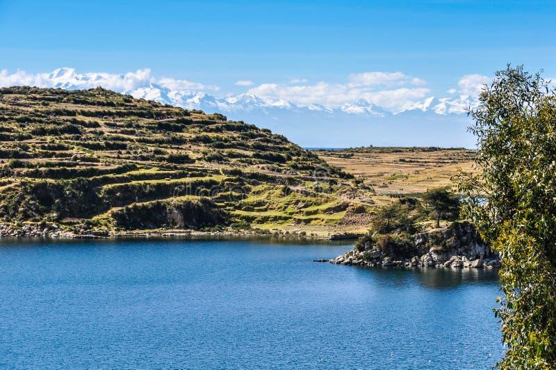 Opinião Isla del Sol no lago Titicaca em Bolívia no melharuco do lago fotografia de stock