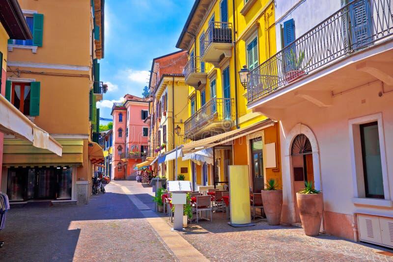 Opinião italiana colorida da arquitetura de Peschiera del Garda fotos de stock royalty free