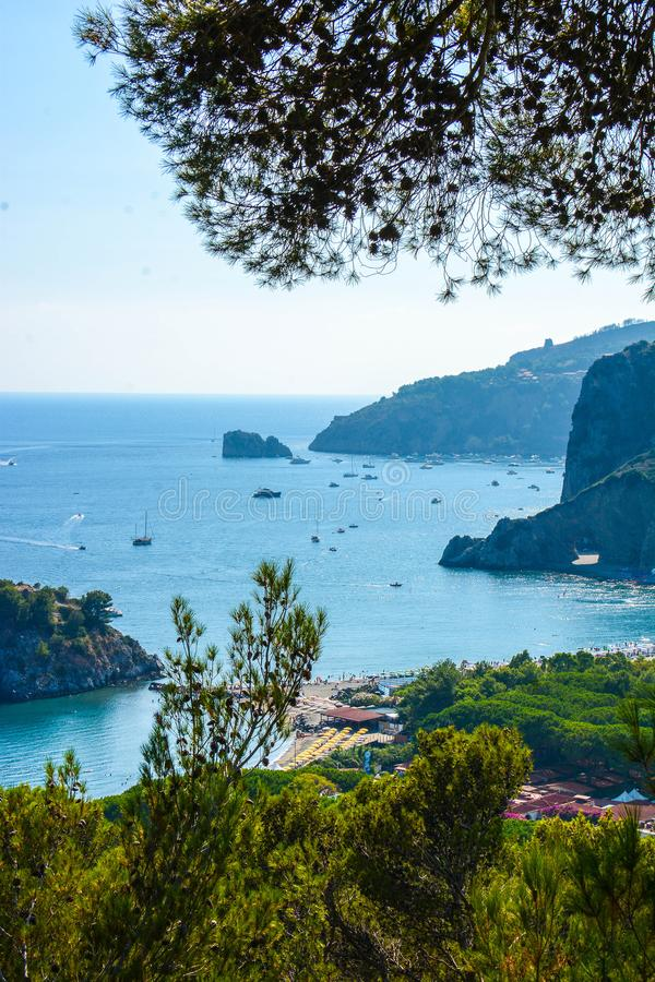 Opinião italiana das baías da baía do arco natural em Palinuro foto de stock royalty free
