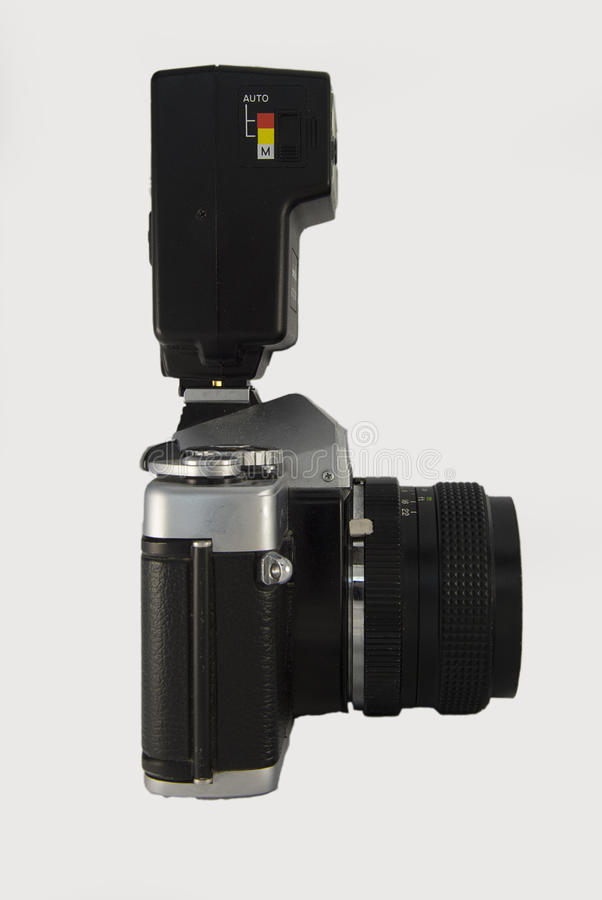Opinião lateral da câmera clássica com flash imagens de stock