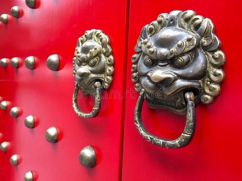Opinião lateral da porta chinesa vermelha antiga foto de stock