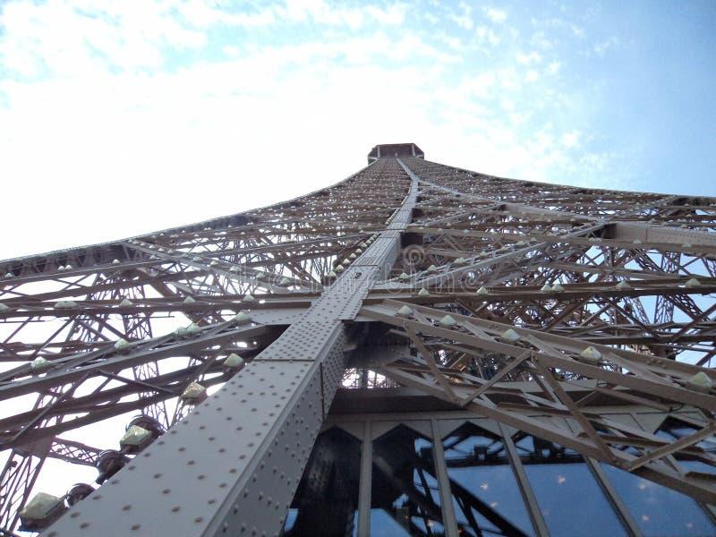 Opinião lateral da torre Eiffel foto de stock