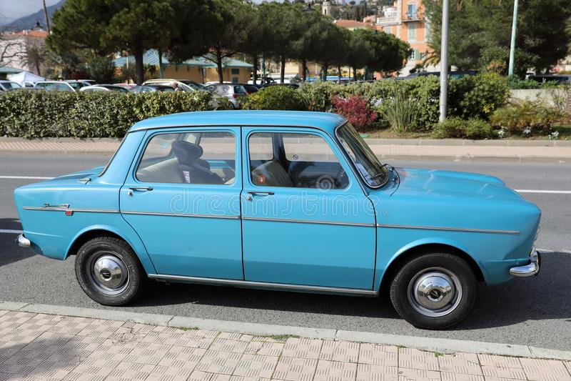 Opinião lateral de Simca 1000 azuis retros bonitos do carro fotografia de stock royalty free