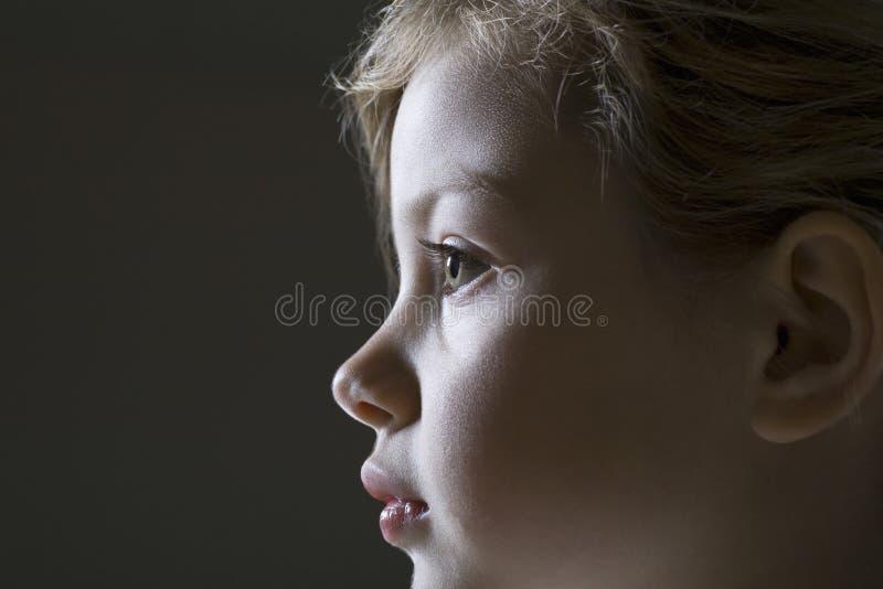 Opinião lateral do close up a menina de sorriso imagens de stock